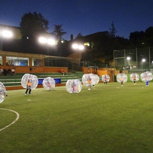 Alumnes de Cicles Formatius de C.E. Prat treballen en equip amb el Bubble Football